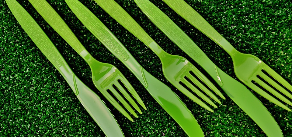 Široko korištena reč plastika nije u potpunosti analogna sa tehničkim pridevom plastičan