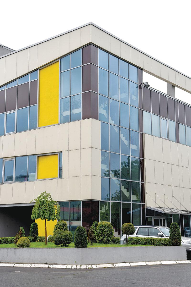 ALUMIL - Blic Stamparija – kombinacija aluminijumske klasicne zid zavese i aluminijumskih fasadnih panela (J-Bond)