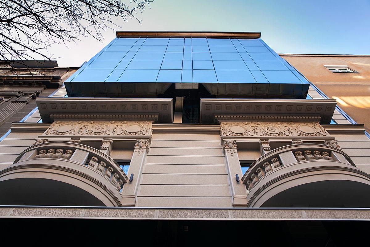 Alumil - Hotel Saint Ten - interpolacija u starom urbanom jezgru grada - kubus izveden u aluminijumskom sistemu zid zavesa