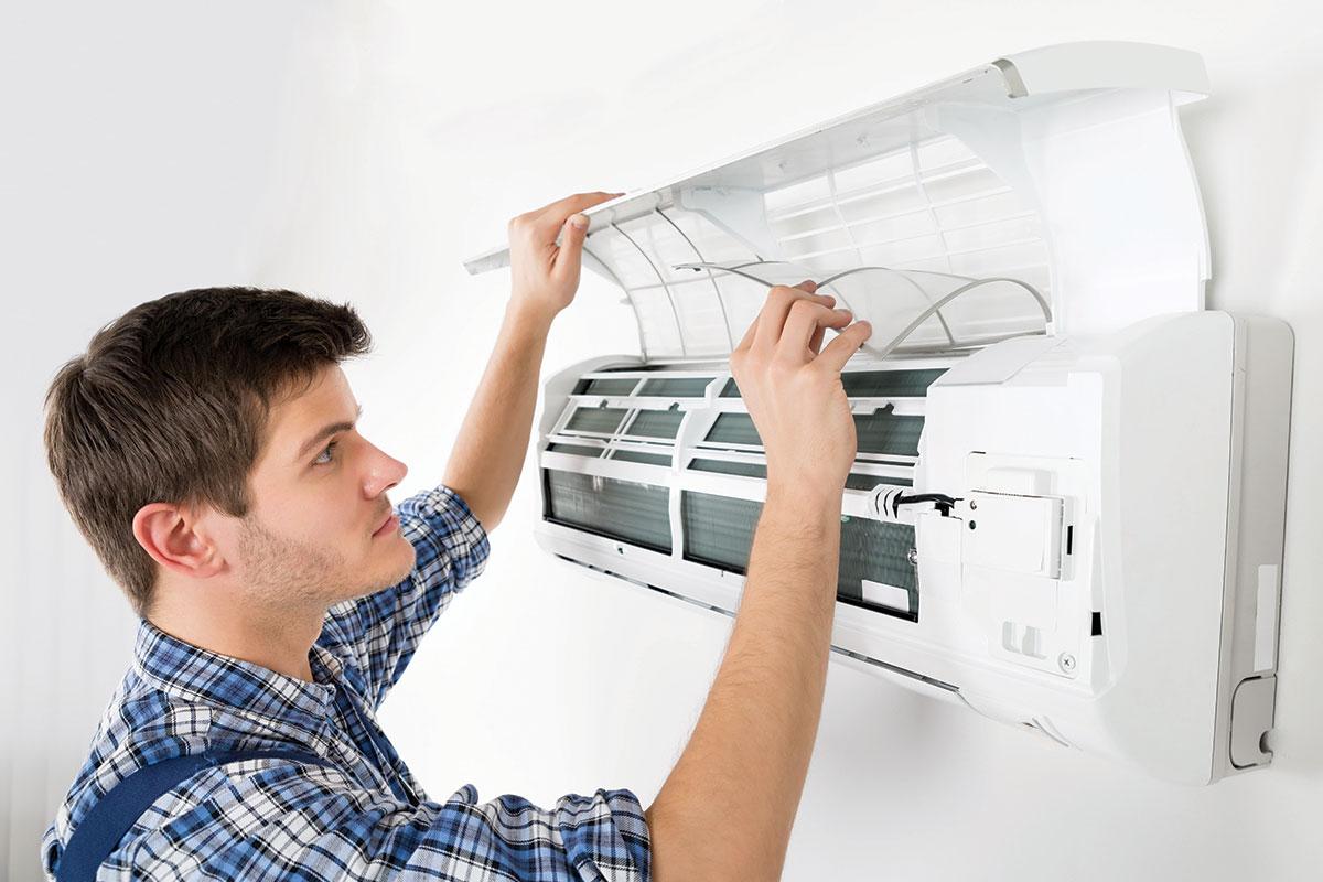 Majstor klima uređaj čišćenje i održavanje filtera za klimu