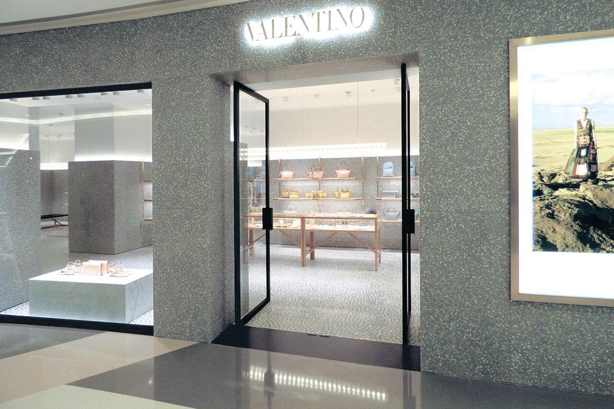 Valentino butik teraco na podu i zidu