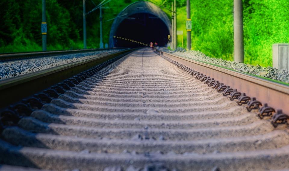 Pruga za voz kroz tunel