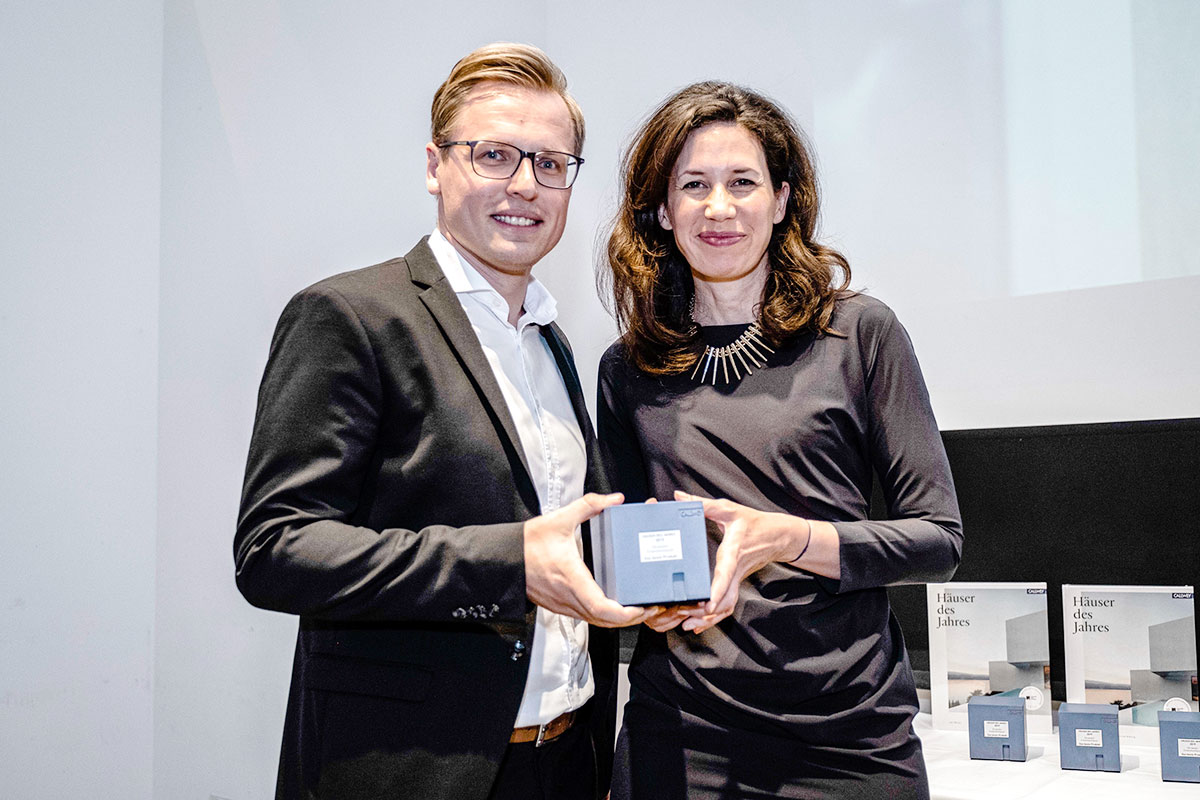Peter Kotzur, direktor marketinga Windows Solutions odeljenja u REHAU prima nagradu