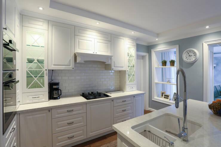 Plava boja zidova i beli kuhinjski elementi dali su odlične rezultate
