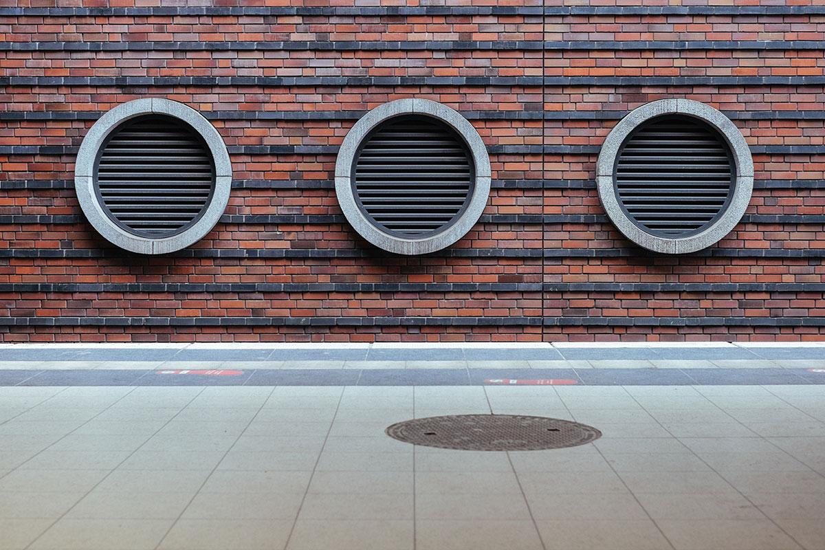 Ventilacija može biti prirodna – kroz prozorske otvore, gde vetar i vazdušni pritisak stvaraju prirodno kretanje vazduha