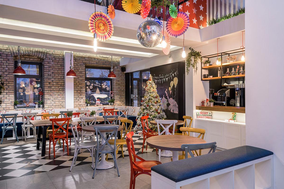 Velike staklene površine povezuju prostor igraonice i kafe-bara sa baštom