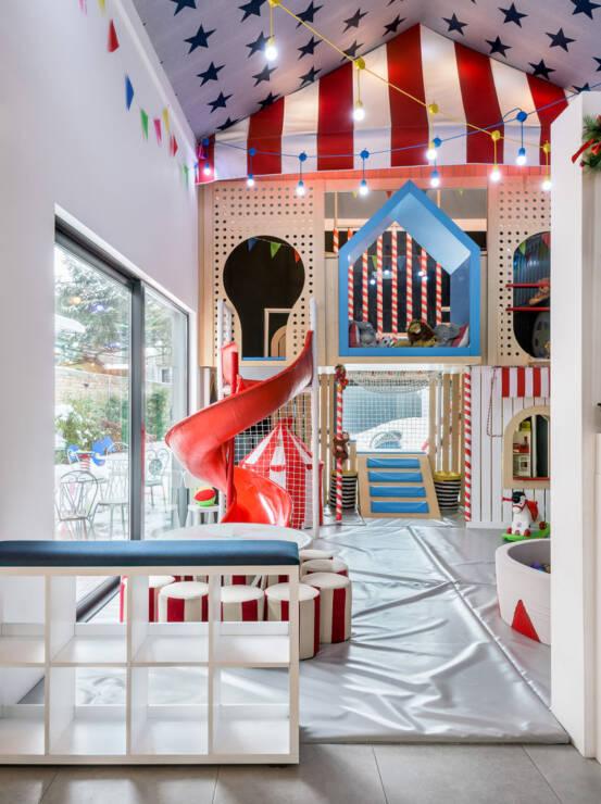 Korišćeni materijali su prilagođeni deci i formiraju udoban i bezbedan ambijent