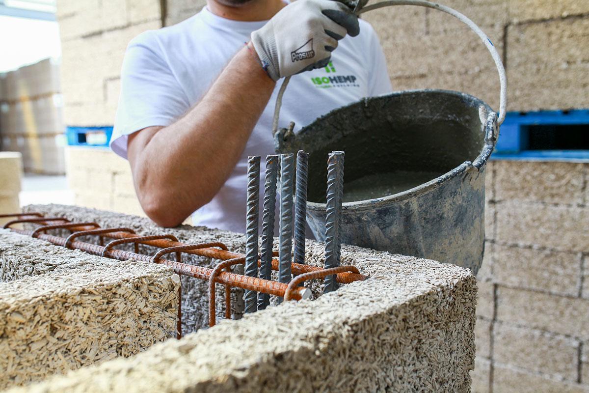 Hempcrete, što dolazi od hemp (konoplja) + concrete (beton)